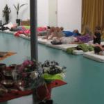 mensen op yoga matten bloemen instrumenten