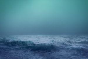 Stürmischer Ozean bei Nacht
