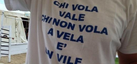 Foto di una maglietta con scritto sopra: Chi Vola vale, chi non vola a vela è un vile