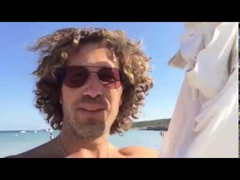 Stephen Kleckner raccoglie plastica su isola quasi deserta