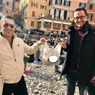 Stephen Kleckner ed Elvis Prosic a Boccadasse di Genova con sacchetto di plastica pieno di plastica