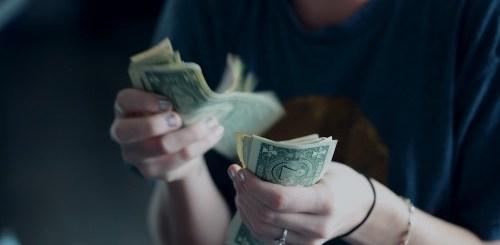 ragazza che conta dei soldi