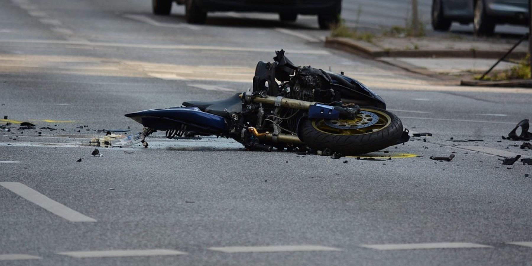 Motorradfahrer stoßen auf der Autobahn 30 zusammen und verletzen sich schwer