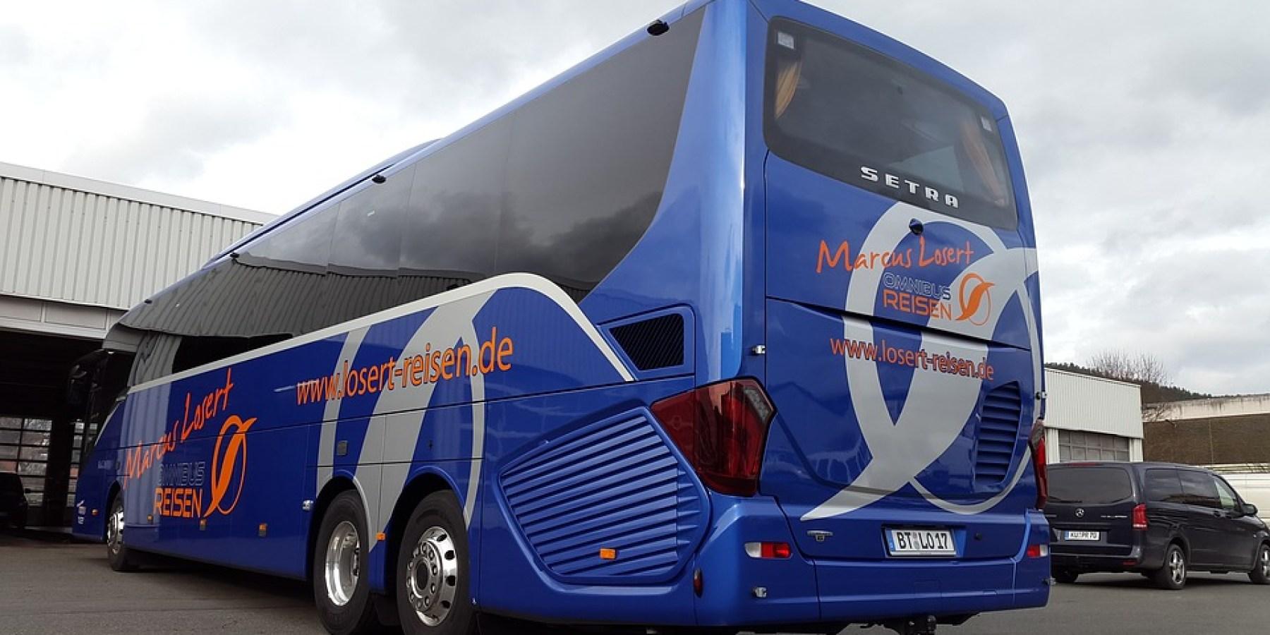 Verlorenes Rad eines Reisebusses rollt auf Bahngleise