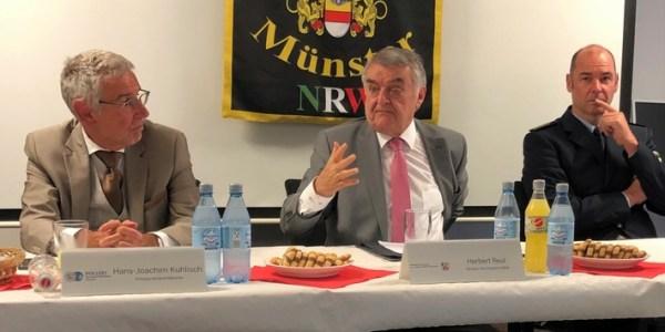 Innenminister Reul im Gespräch mit der Hundertschaft