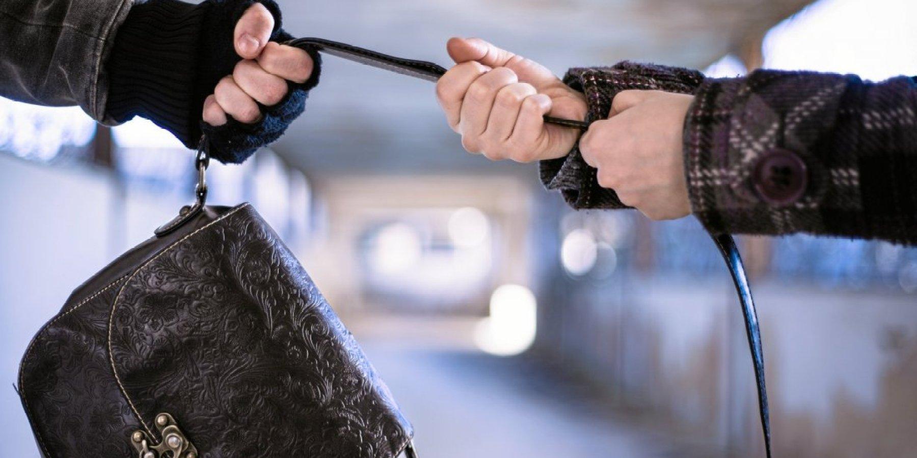 Tasche von der Schulter gerissen und Smartphone entwendet