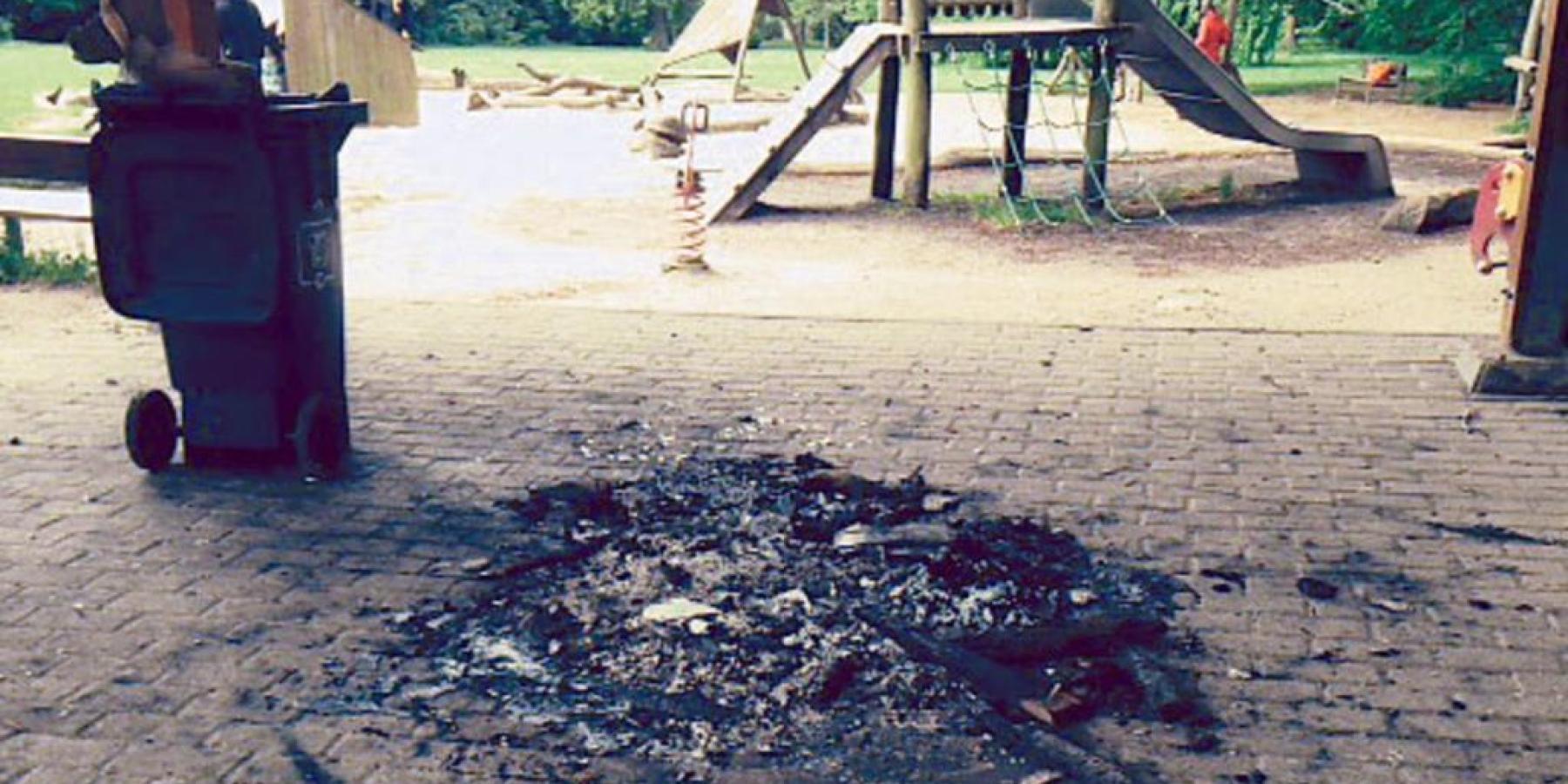 Unbekannte Täter zünden Prospekte an – Klettergerüst auf Spielplatz beschädigt