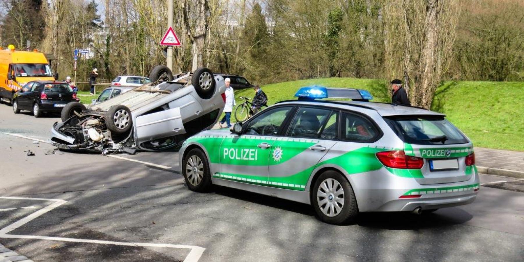 Durch Radio abgelenkt – Auto landet auf dem Dach