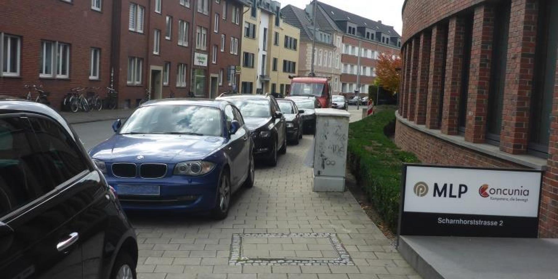 Scharnhorststraße: Pfosten halten Gehweg frei