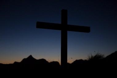 Gipfelkreuz des Laubköpfls im Sonnenuntergang