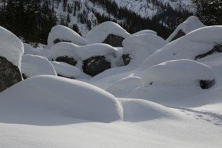 Felsblöcke mit Schneehäubchen im Gries unterhalb des Wimbachschlosses