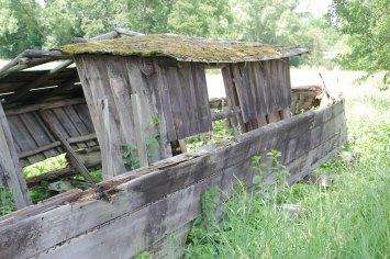 Die Überreste einer alten Holzplätte