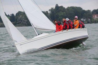 Segelboot in Schräglage