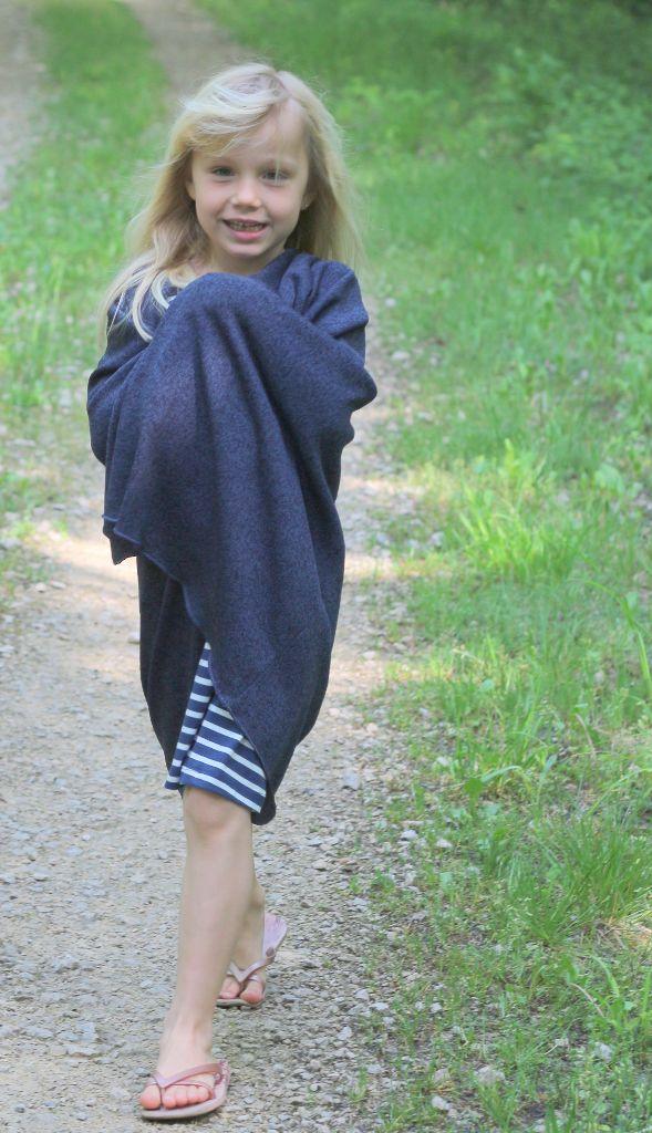 Meine Tochter in meinem Poncho...