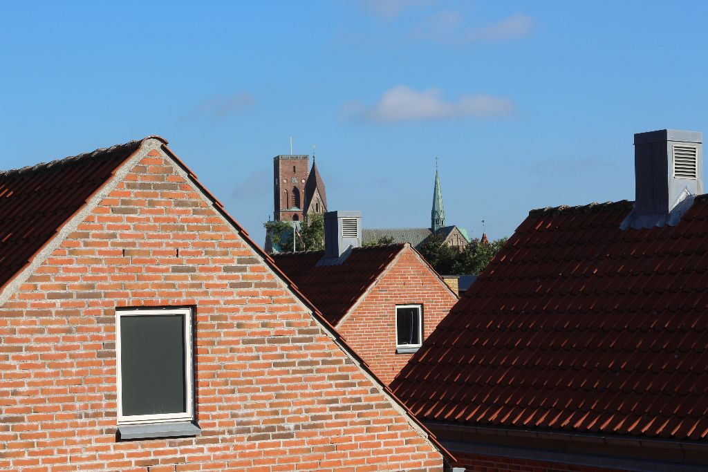 Wir planen auf unserem Balkon mit Blick auf die Kathedrale von Ribe