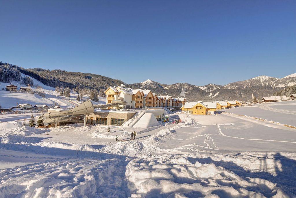 Das Hotel und die Chalets fügen sich harmonisch in die Berglandschaft ein