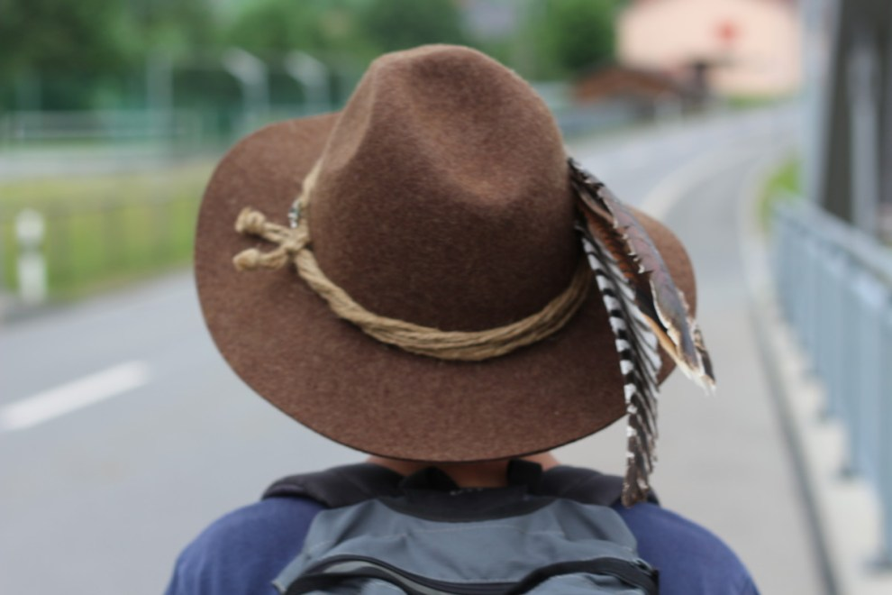 Wandern mit Hut und Feder