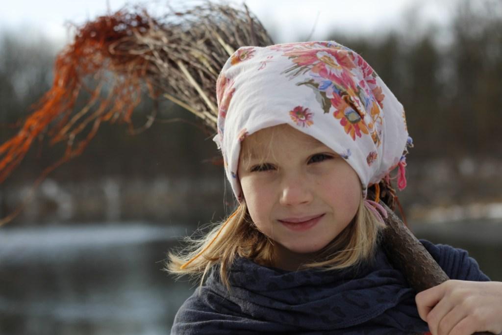 Potrait Mädchen mit Kopftuch und Besen