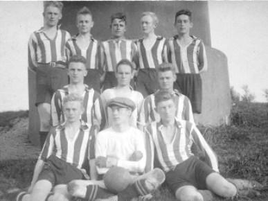 Das Datum dieser Aufnahme wird auf das Jahr 1926 geschätzt. Leider sind uns die Spieler dieses Fußballclubs Land Wursten nur vereinzelt namentlich bekannt. Wenn uns jemand weiterhelfen kann, sind wir für Tipps sehr dankbar