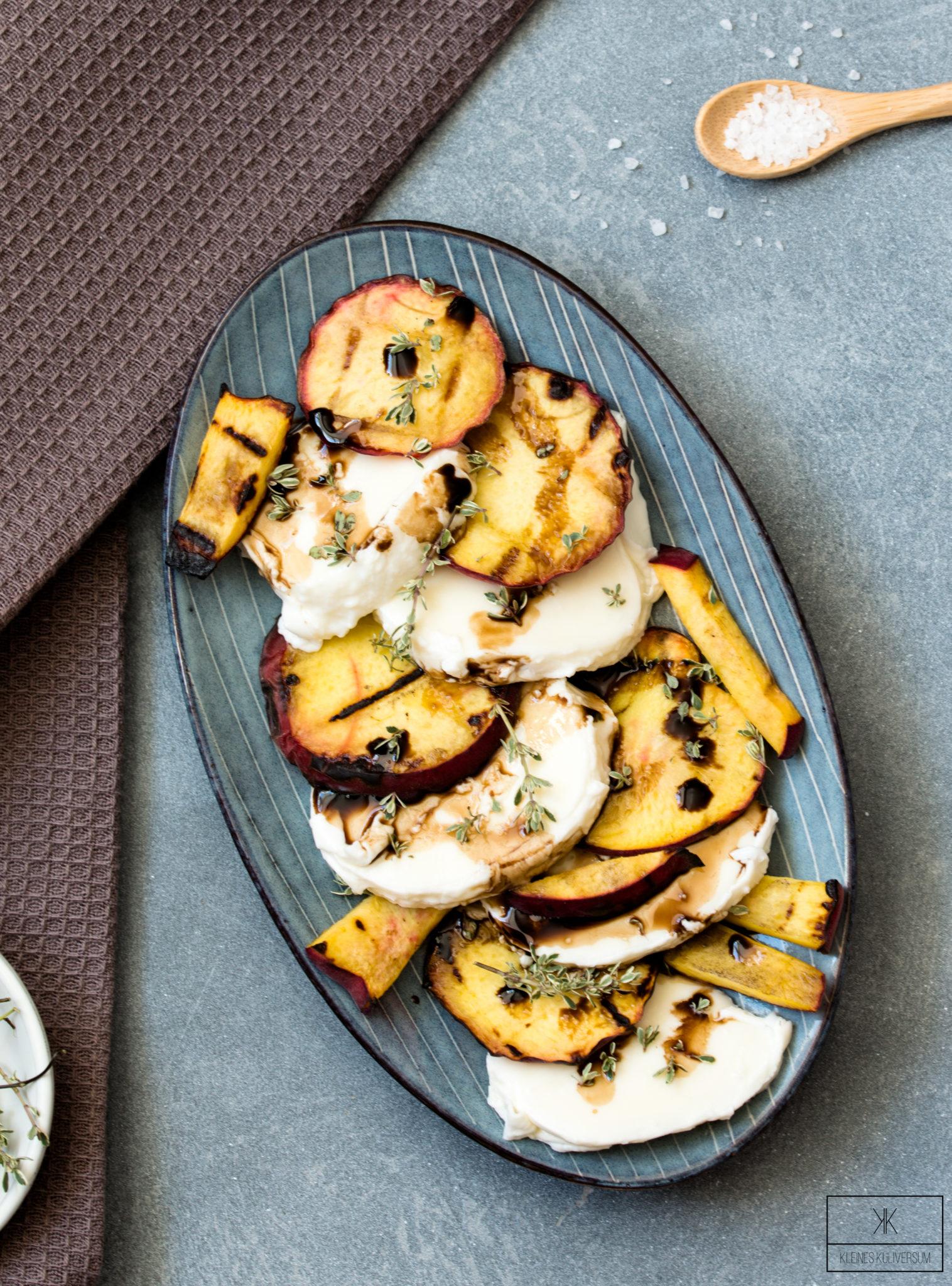 Gegrillte Pfirsiche mit Mozzarella und Honig-Thymian Dressing - Kleines Kuliversum