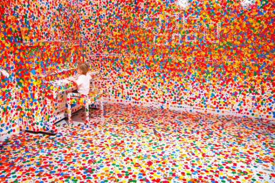 The Obliteration Room von Yayoi Kusama in der Gallery of Modern Art in Brisbane