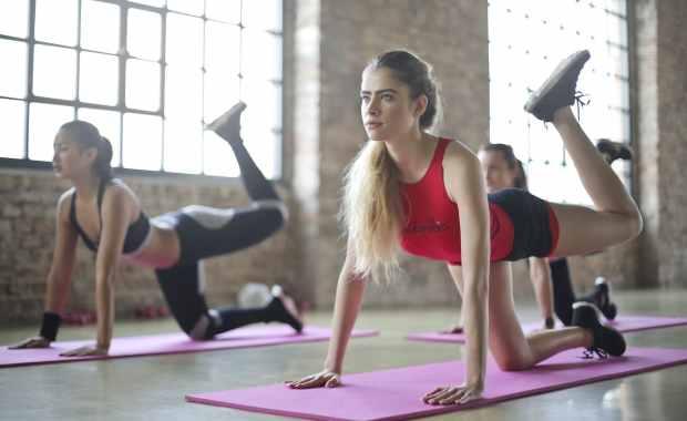 Kobiety ćwiczące na matach