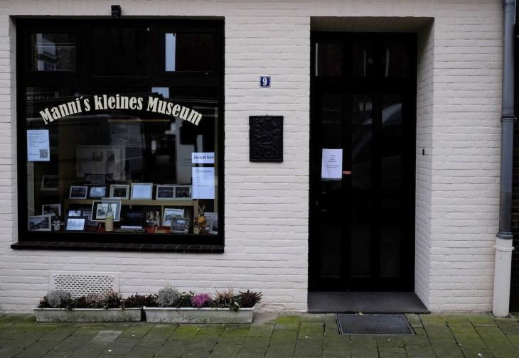 """""""Manni's kleines Museum"""" hat den Apostroph zwar falsch gesetzt, doch mangels Öffnungszeiten lässt sich """"Manni"""" nicht darauf ansprechen. Da hilft auch der Hinweis, dass der Eintritt frei ist, nicht weiter."""