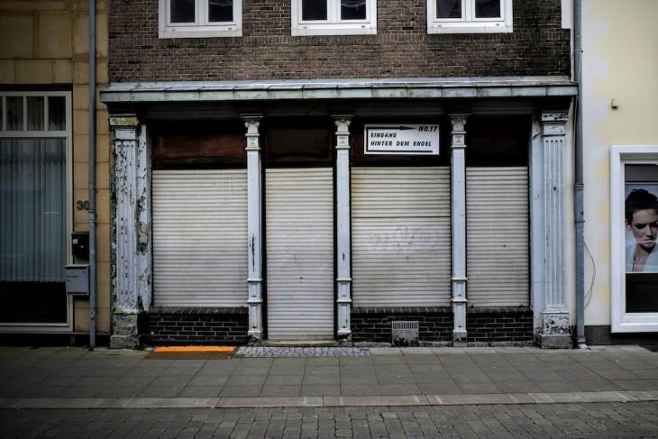 """Rolladen runter, aber dass der Eingang zu dem Lokal in einer Straße mit dem poetischen Namen """"Hinterm Engel"""" liegt, versöhnt dann doch."""