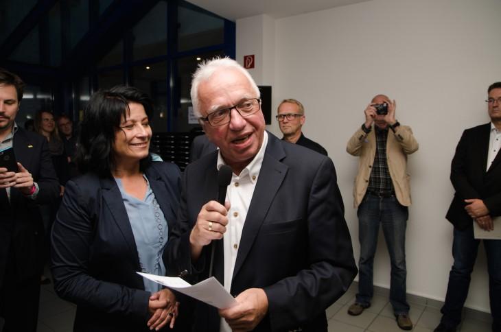 Profi bis zuletzt: Bürgermeister Theo Brauer. der Wahlleiter, verkündet den Sieg von Sonja Northing