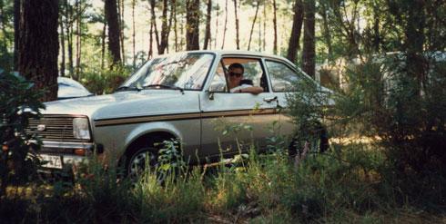 Ich war's nicht schuld: Autor und Ford Escort in Bayonne (wo der Wagen dann auch blieb – nach Motorschaden für 900 Francs verkauft)