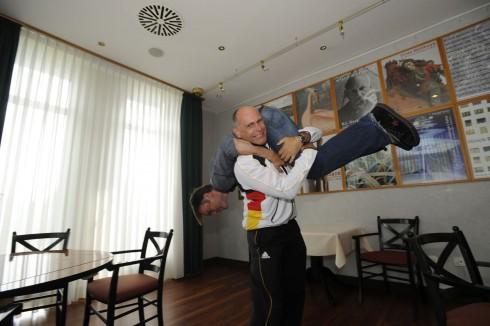 Ausweglose Lage: Reporter auf der Schulter des Bundestrainers, bereit zum Abtransport