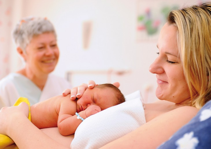 Glückliche Mutter mit Kind im Klever Krankenhaus (Foto: KKLT)