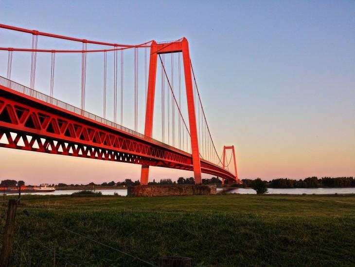 Prächtiges Bauwerk, auch mit 50: Rheinbrücke Emmerich (Foto: Christian Flock)