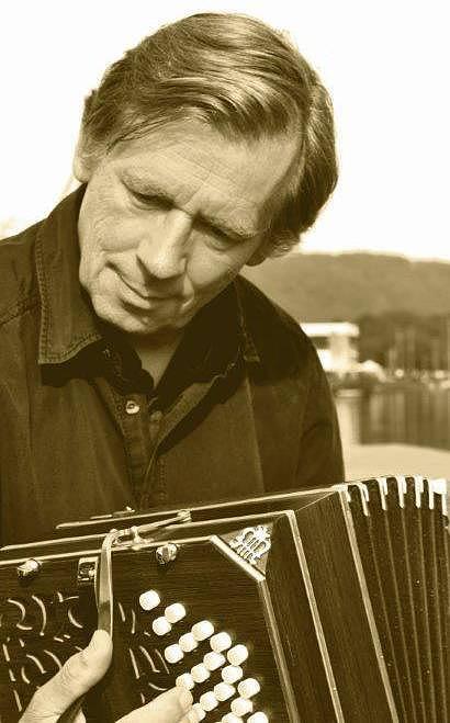 Friedhelm Olfen mit dem Lieblingsinstrument seiner späten Jahre, dem Bandoneon (Foto: Stadt Rees)