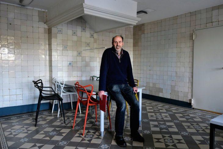 noch umgeben ihn leere Wände, doch die Pläne für die Neugestaltung hat Helmut van Bebber schon in der Hand: Sein Antiquariat hat ein neues, passendes Zuhause gefunden