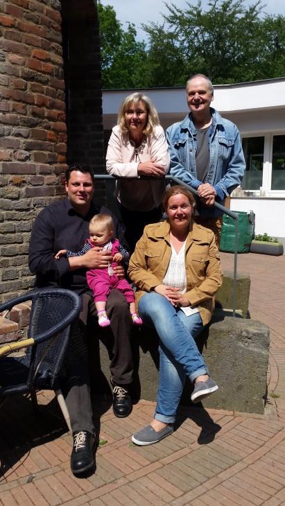 Bruno Schmitz präsentiert den neuen Aussichtsturm-Pächter Janes Warnke (mit Frau Katja und Tochter Charlotte)