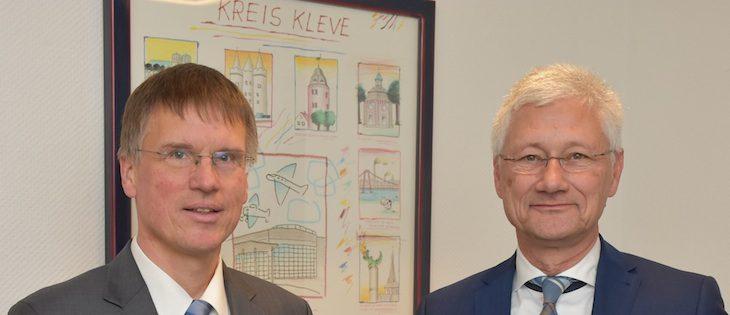 Die beiden Männer, links Dr. Grigat, rechts Landrat Spreen, blicken entschlossen in die Zukunft. Das heißt: Wenn Sie sich jetzt umdrehen, müssten auch Sie DIE ZUKUNFT sehen! (Foto: Kreis Kleve)