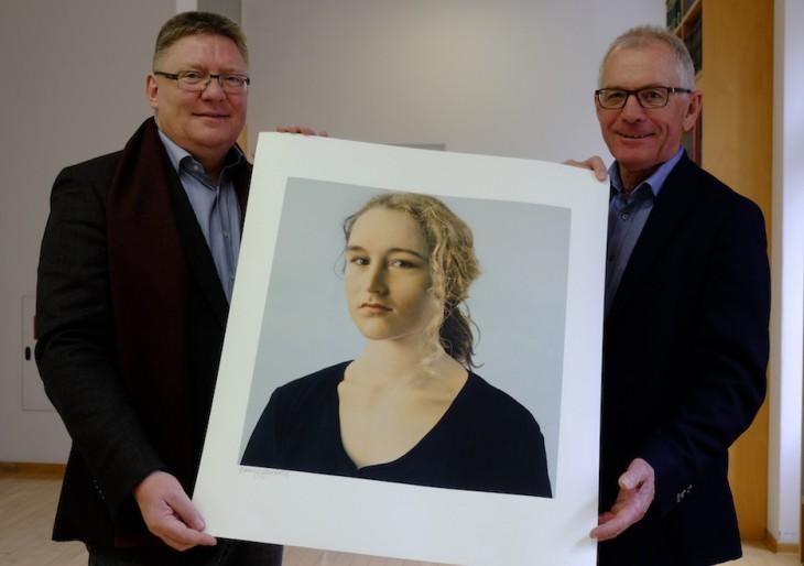 Zwei Männer, eine begehrte Dame: Prof. Harald Kunde und Wolfgang Lohmann halten Silvia