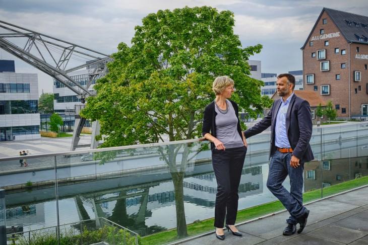 Vor mittlerweile fast schon klassicher Klever Kulisse: Dr. Heide Naderer im Gespräch mit Ralf Daute