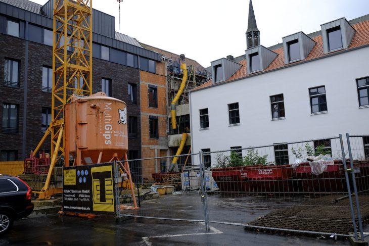 Klever Rathaus: Der historische Gebäudeteil (Bildmitte) bleibt grundlos – aber nicht grundlos