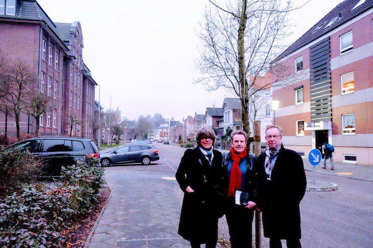 Die Spyckstraße Anfang des 21. Jahrhunderts – mit erbosten Anwohnern (Angelika Paatz-Rürup, Matthias Bömler, Gisbert Meurs)