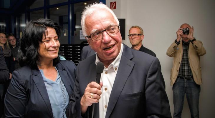 Wenig später fielen die kritischen Äußerungen: Siegerin Northing, Wahlleiter Brauer, im Hintergrund Jürgen Rauer (Foto © Torsten Barthel)
