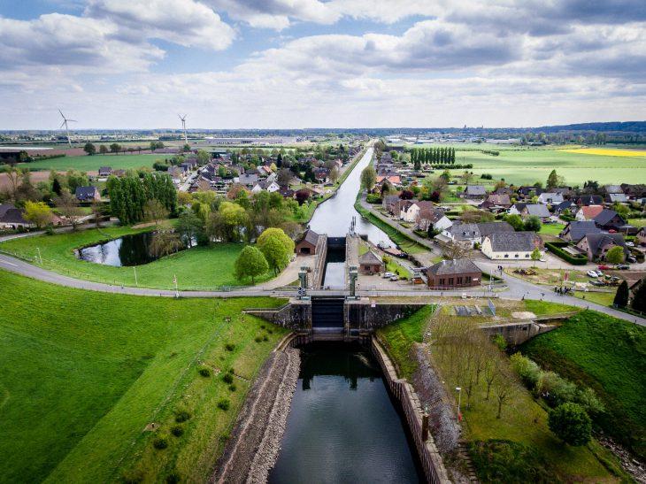 Blick von Brienen in Richtung Kleve: Der Kanal ist noch voll, und die Schleuse hält dicht. Aber weitere Öffnungen sind nicht mehr vorgesehen – sondern der Abriss