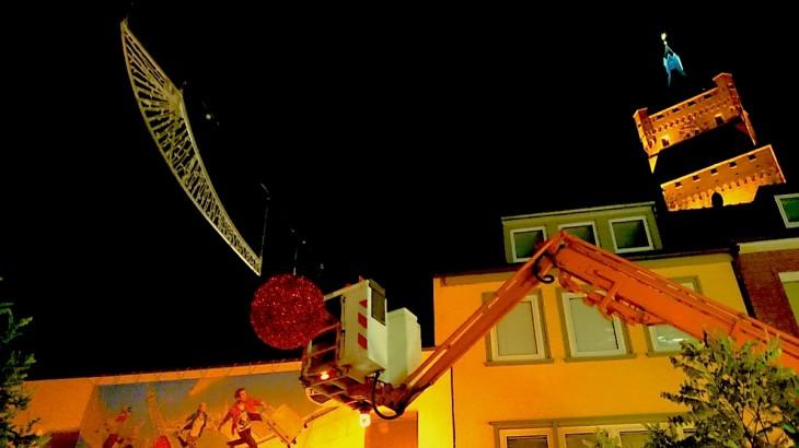 Dramatik pur: Montage der Weihnachtsbeleuchtung in der Klever Innenstadt