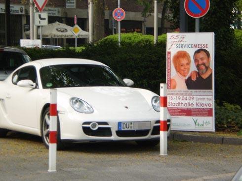 Auch die Service-Messe Vital plus in der Klever Stadthalle scheint mir eine Veranstaltung zu sein, die man nicht unbedingt gesehen haben muss – ob aber der Porschefahrer aus Duisburg auch so denkt?