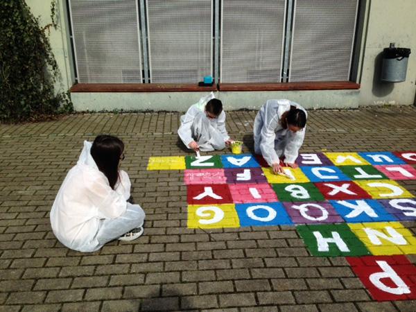 Direkt am Platz haben wir am nächsten Morgen die Spiele mit Kreide auf den Boden gemalt und angefangen die ersten Hüpfekästchen auszumalen.