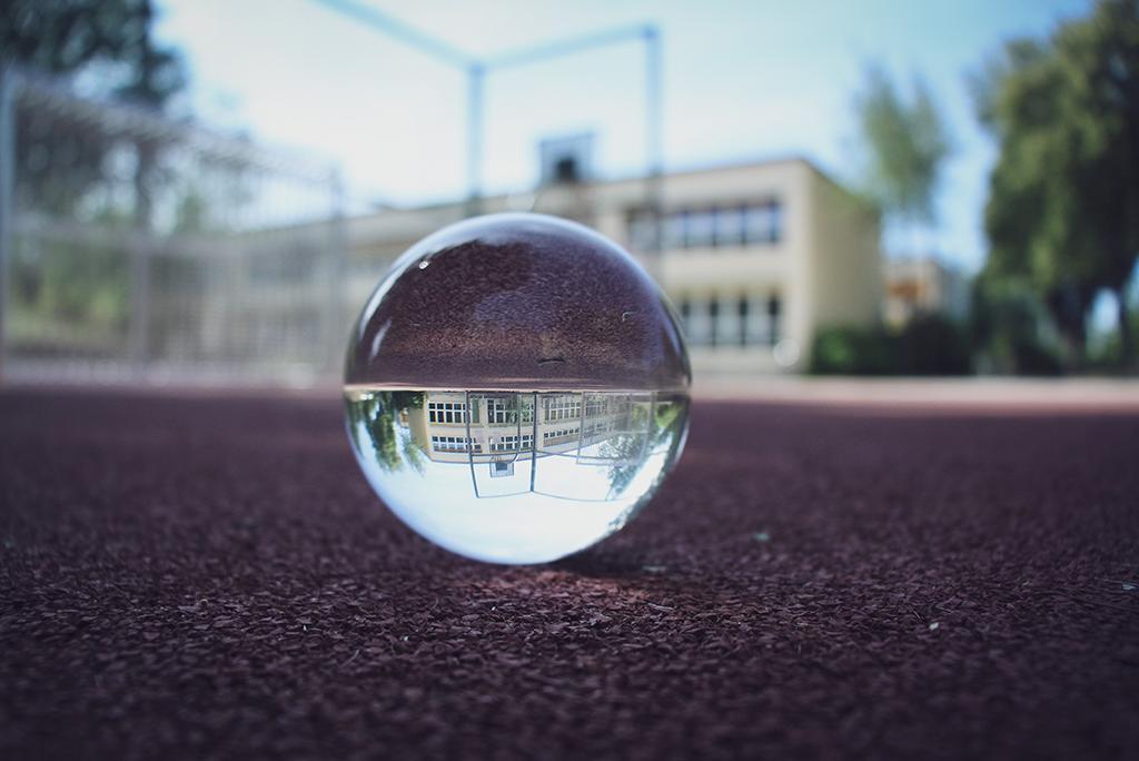 Einen Blick durch die Glaskugel auf das Gelände des Klex.