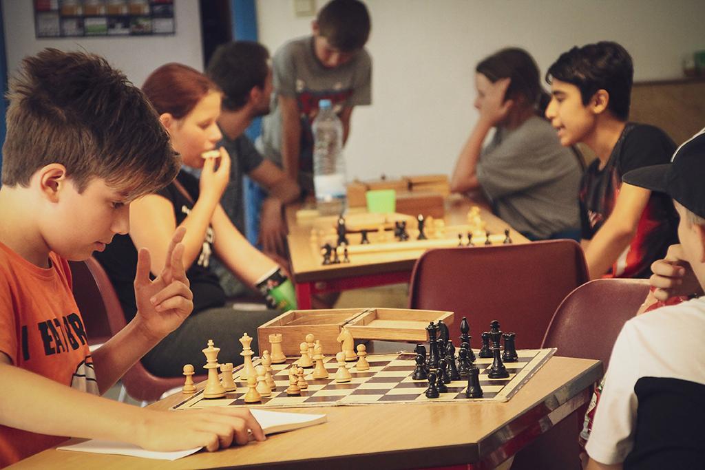 Beim Schach spielen muss man viel denken und die nächsten Züge gut planen.