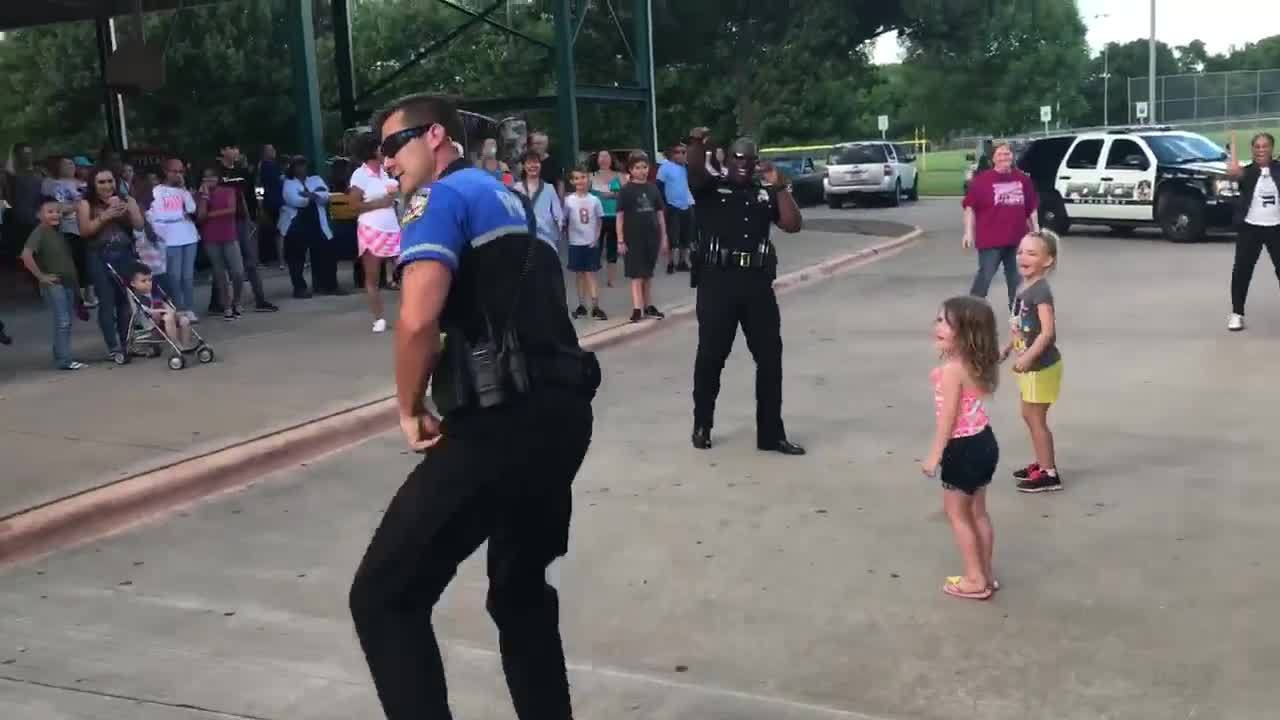 Texas_police_officer_goes_all_out_in_dan_4_20190611132548-3156058