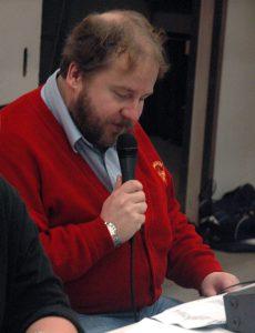 Jens mikrofoonin ääressä Turussa pelatussa naisten ottelussa.